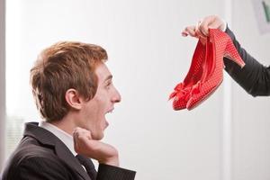 chico pelirrojo ama tacones rojos foto