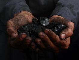 carvão nas mãos