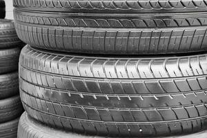 fond de pneus de voiture dans une rangée.