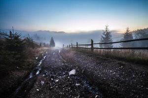 niebla y nube paisaje de valle de montaña,
