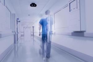 forma borrosa de médico en el hospital foto