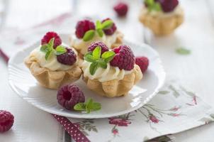 tartalette dulce con frambuesas frescas foto