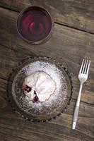 delicioso strudel casero con vino tinto foto
