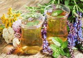 grüner heißer Tee mit Kräutern in islamischen Gläsern