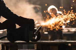trabajador industrial en la fábrica foto