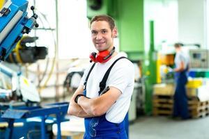 trabajador en fábrica foto