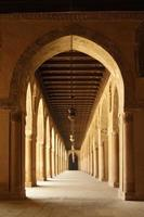 bogen van ahmad ibn tulun moskee in oud cairo, egypte