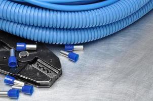 ferramentas para eletricistas na superfície de metal com lugar para texto