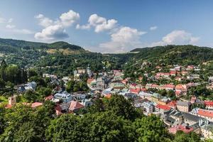 Banska stiavnica con el antiguo castillo y la plaza de la Santísima Trinidad.
