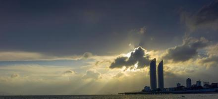 Edificio de gran altura y puente Xiamen Yanwu al atardecer foto