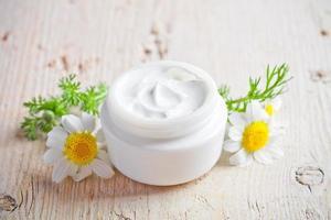 recipiente con nata y manzanilla foto