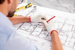 hábil arquiteto masculino está projetando o edifício