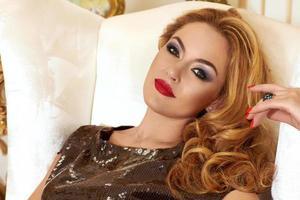 hermosa mujer en vestido de noche y aretes de diamantes