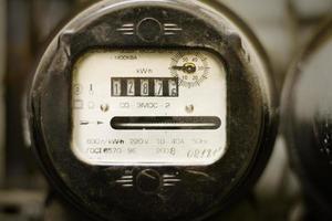 medidor de fornecimento de eletricidade empoeirado velho