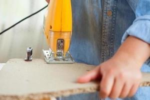 cortar madera contrachapada con sierra de calar foto