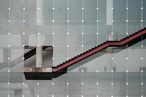 una escalera exterior debajo de la construcción foto