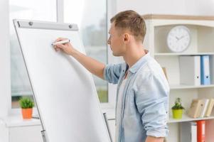 mannelijke uitvoerend schrijft op het whiteboard