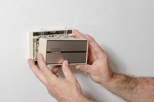 quitar una cubierta del termostato foto