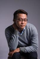 hombre vietnamita serio foto