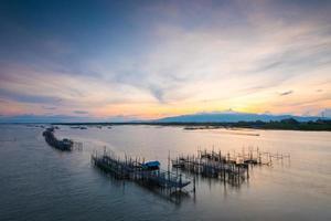 cestas de pescado tradicional tailandés en el mar. foto