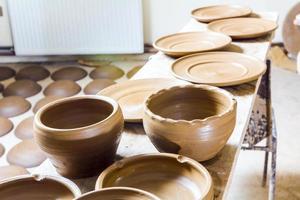 muitos vasos de barro mantidos para secar
