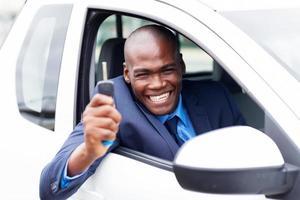 comprador de veículo africano feliz