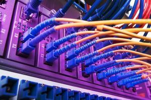 cabos de fibra óptica e cabos de rede utp