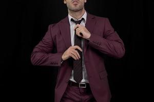hombre ajustando su corbata foto
