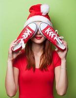 mulheres de chapéu de Natal com sapatos desportivos vermelhos