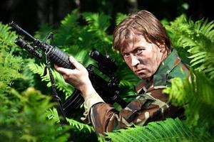 soldado sosteniendo una pistola