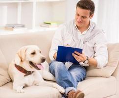 joven con perro foto