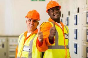 engenheiros elétricos dando polegares para cima
