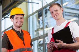 trabajadores de fábrica y el gerente del proyecto foto