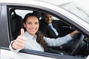 equipe de negócios sorrindo e dirigindo