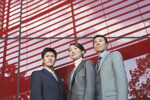 retrato de três empresários confiantes