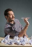 autor lanzando aviones de papel foto