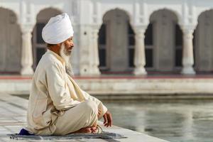 sikh dans une prière d'effacement