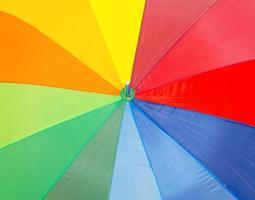 Vista cercana de coloridos paraguas. foto