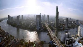 Horizonte de Bangkok con la ciudad antes del atardecer
