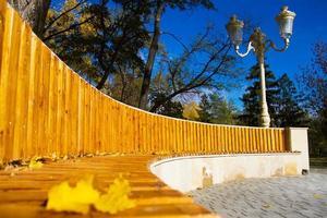 Banco de madera en el parque otoño