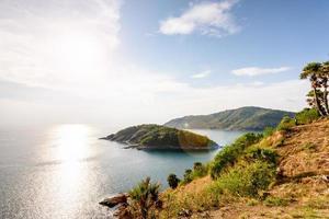 Vista de ángulo alto isla y mar en laem phromthep cape foto