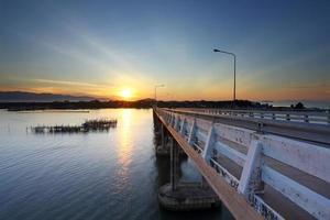 puente de cemento sobre el océano foto