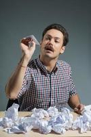 autor jogando aviões de papel