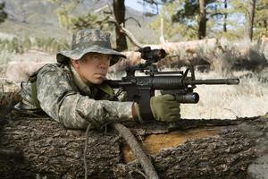soldado con pistola foto