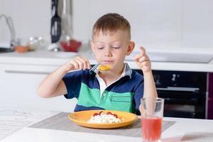 Joven comiendo plato de queso y fruta foto