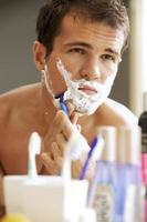 joven afeitado foto