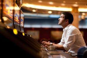 jugador de máquina tragamonedas de casino foto