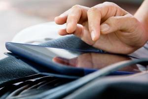 mujer usando tableta digital foto