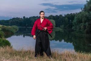 man in etnische samurai Japanse kleding uniform met katana zwaard