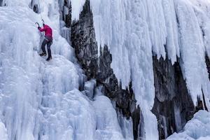 vrouw ijsklimmen